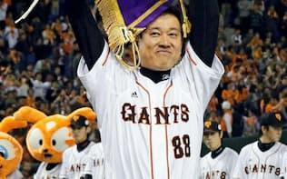 2012年11月、日本シリーズを制した巨人・原監督。リーグ優勝7回は巨人では川上、水原に次ぐものだ=共同