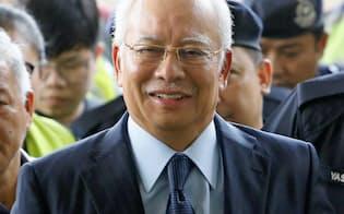 10月4日、クアラルンプールの裁判所に出廷するナジブ前マレーシア首相=ロイター