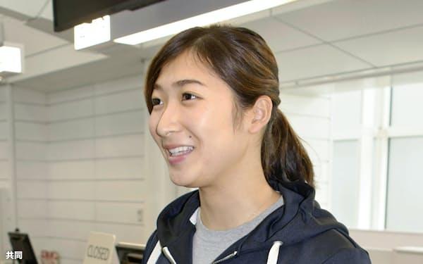 海外合宿への出発前に羽田空港で取材に応じる競泳女子の池江璃花子(15日)=共同