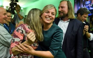 独バイエルン州議会選で、出口調査の結果に喜ぶ緑の党の候補者=ロイター