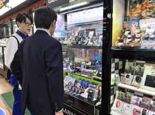 東京都新宿区のヨドバシカメラ新宿西口本店には幅広い世代がスマートウオッチを買い求めに来る