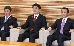 臨時閣議に臨む安倍首相(15日午後、首相官邸)