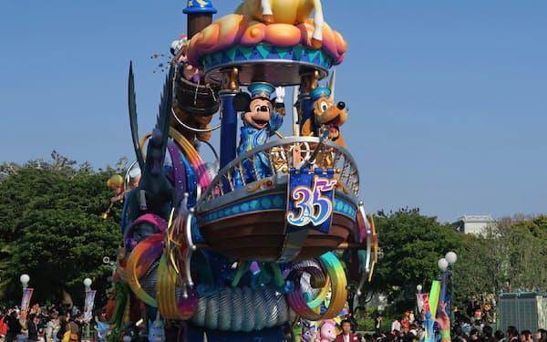 35周年イベントで集客は過去最高を更新する勢いだ(千葉県浦安市の東京ディズニーランド)