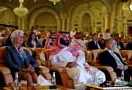 ソフトバンクグループの孫社長(右)とサウジアラビアのムハンマド皇太子(中)(2017年10月、サウジアラビア・リヤド)=ロイター