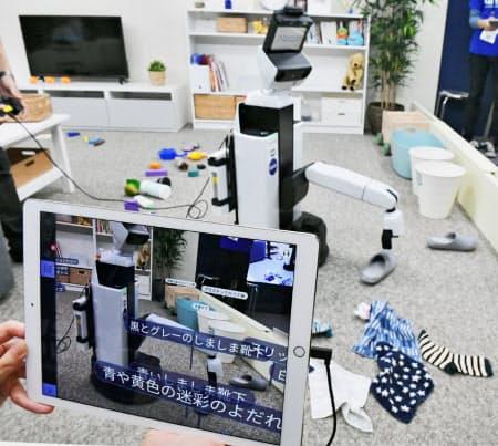 「CEATEC(シーテック)ジャパン2018」に出展したプリファード・ネットワークスの全自動お片付けロボットシステム。家庭にある様々な物を認識してつかみ、所定の場所に片付けられる(15日午後、千葉市美浜区の幕張メッセ)