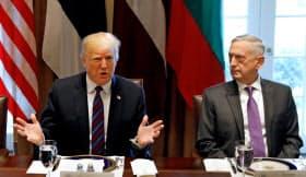 トランプ大統領(左)はマティス国防長官への不満をにじませていた=ロイター