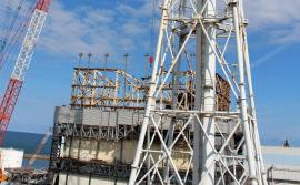 福島第1原発の1号機。水素爆発によるがれきの撤去作業が続く