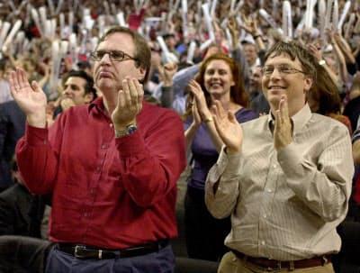 ポール・アレン氏(左)とビル・ゲイツ氏(2000年5月、米オレゴン州ポートランド)=ロイター