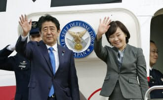 欧州歴訪に出発する安倍首相と昭恵夫人(16日午前、羽田空港)=共同