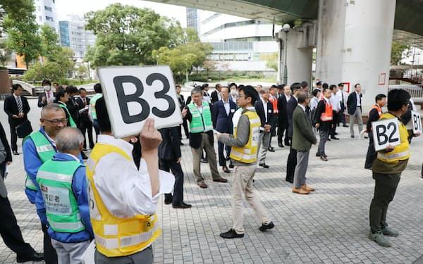 地震による帰宅困難者を想定した訓練で集まった参加者(16日午前、大阪市北区)
