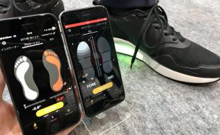 歩いた時の足の傾きや力のかかり具合を計測する(千葉市、幕張メッセ)