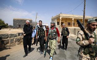 シリア南部の村でISの襲撃を警戒し、武装してパトロールするイスラム教ドルーズ派の住民(10月4日)=AP