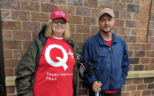 Qアノンのジャニスさん(左)とジェイソンさんは、トランプ大統領のスローガン「アメリカを再び偉大に」の帽子をかぶって集会に参加した(米アイオワ州カウンシルブラフスで)