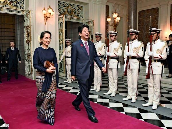 安倍首相はアウン・サン・スー・チー国家顧問兼外相(左)と会談し、ミャンマーへの支援継続を表明した(東京・元赤坂の迎賓館)=共同