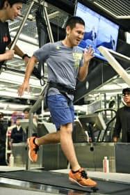 記者会見後、練習で汗を流すボクシング元世界王者の高山勝成選手(16日午前、東京都港区)=共同