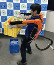 装着ロボを使えば、25キログラムの重力物も胸の位置まで持ち上げられる