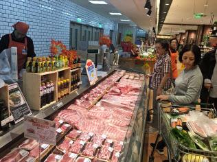 中国の消費者は豚肉の価格に敏感だ(北京市内のスーパー)