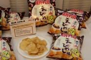 カルビーが29日に中四国エリアで発売する「ポテトチップスえびめし味」