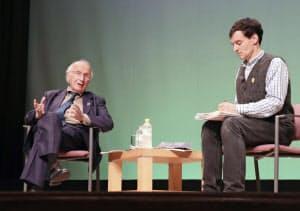 対談するロアルド・ホフマンさん(左)とアーサー・ビナードさん(16日午後、長崎市)=共同