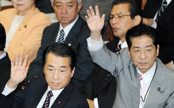 衆院予算委員会で挙手する当時首相の菅直人氏と官房長官の仙谷由人氏(右)(2010年9月)