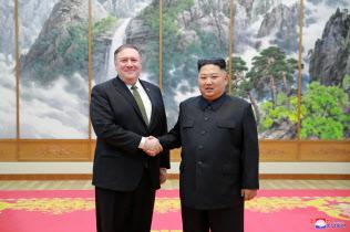 ポンペオ米国務長官は北朝鮮の金委員長に核施設の査察を受け入れるよう求めた(7日、平壌)=ロイター