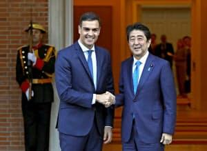 スペインのサンチェス首相と握手する安倍晋三首相(16日、マドリード)=ロイター