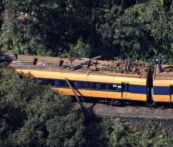 電柱と衝突した大井川鉄道の電車(17日午前11時21分、静岡県島田市)=共同