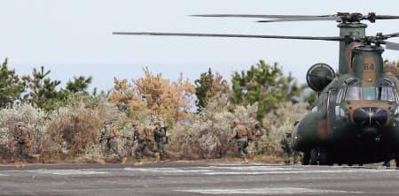陸上自衛隊のヘリコプターから展開する米海兵隊(14日、鹿児島県中種子町)