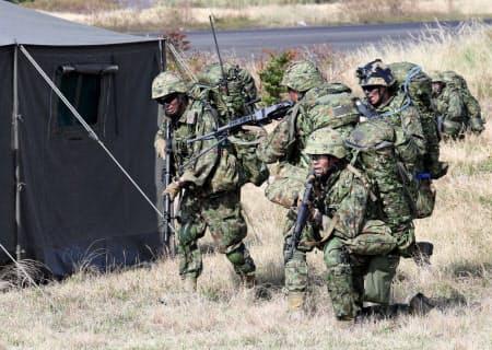 敵施設に見立てたテントを攻撃する陸上自衛隊の水陸機動団(14日、鹿児島県中種子町)