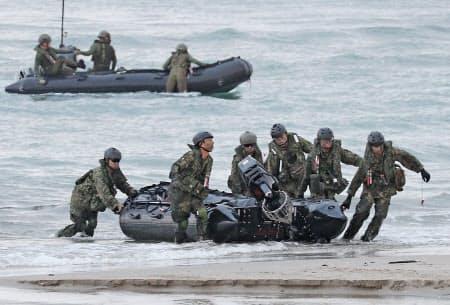 ボートで上陸する陸上自衛隊の水陸機動団(14日、鹿児島県中種子町)