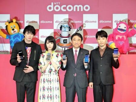 秋冬の新商品を発表するドコモの吉沢社長(右から2番目)
