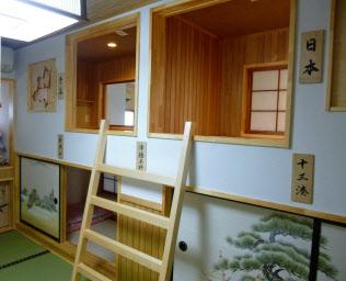ふすま、障子、木を使って「和」を打ち出したピットインのカプセル型個室(青森県五所川原市の「やぐら」)