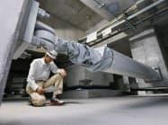 大阪府庁本館で使われているKYB子会社製の免震装置(17日)