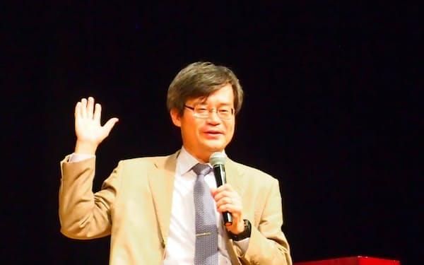 新聞週間記念の集いで講演する名古屋大学の天野浩教授(17日、名古屋市中村区)