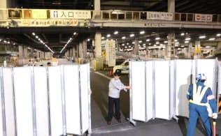 引っ越し準備の調整期間を終え、完全閉鎖される築地市場の跡地(17日午後、東京都中央区)=石井理恵撮影