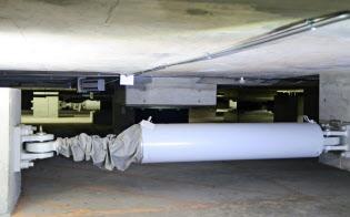 KYB製の免震装置(写真は愛知県庁本庁舎の地下に設置されたもの)