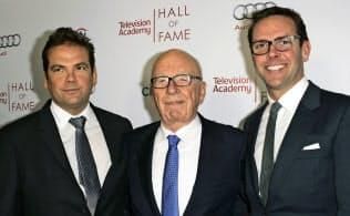 マードック氏(中)と息子のラクラン氏(左)、ジェームズ氏=AP