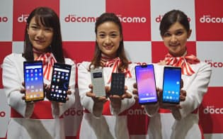 NTTドコモは17日に新製品発表会を開催した。スマートフォンだけでなく、「ケータイ」にも力を入れている