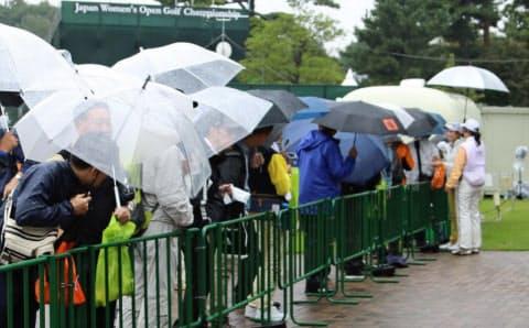 雨の中、女子選手のサインを求めるファンが辛抱強く待っている姿は印象的だった