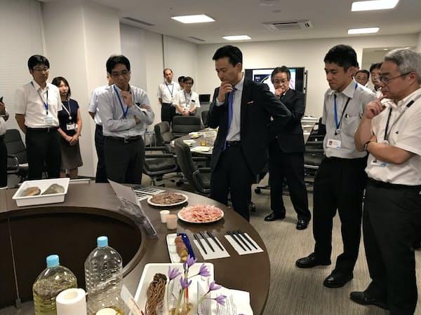 県の研究機関の成果は随時、山口祥義知事(中央)も交え意見交換が行われる
