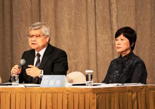 決算発表するTSMCの魏哲家・総裁CEO(左)と何麗梅CFO(18日、台北市内)
