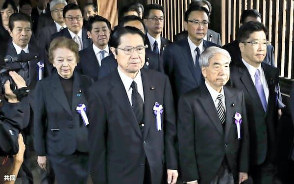 集団で参拝に向かう「みんなで靖国神社に参拝する国会議員の会」の尾辻秀久会長(前列右から2人目)ら(18日午前、東京・九段北)=共同