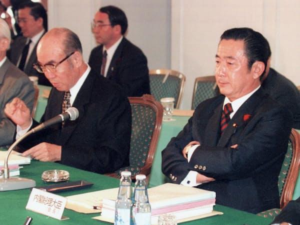 行革会議の集中討議に出席した橋本首相(右)(1997年)