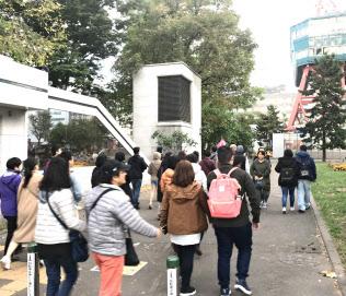 観光客でにぎわう大通公園(札幌市、18日)