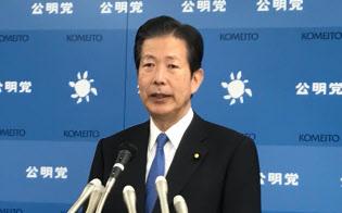 記者会見する公明党の山口代表(18日、東京・新宿)