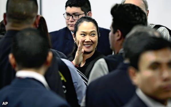 身柄拘束を解かれ家族に手を振るケイコ・フジモリ氏(17日、ペルー・リマ)=AP