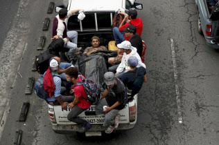 トラックに乗って米国を目指すホンジュラス移民(18日、グアテマラシティ)=EFE