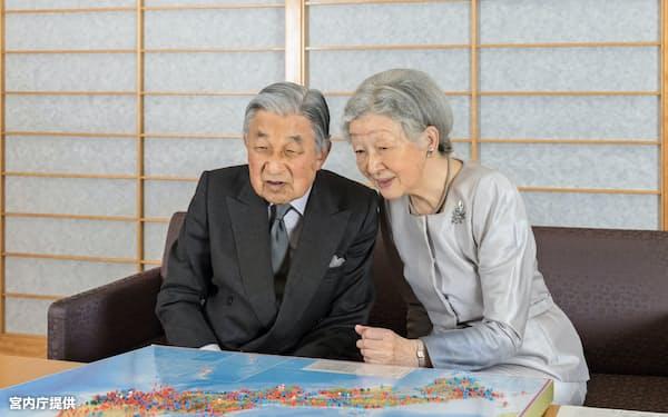 過去の訪問先を示した日本地図を眺める天皇、皇后両陛下(10月10日、御所・応接室)=宮内庁提供