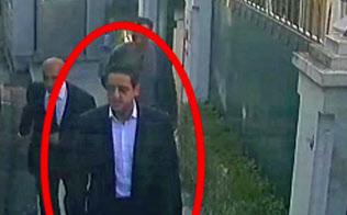 2日、イスタンブールのサウジ領事館公邸を出るムハンマド皇太子の護衛とみられる男(トルコ紙サバハより)=AP