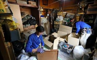 孤立死した男性の住居を片付ける遺品整理業者の作業員(東京都内)